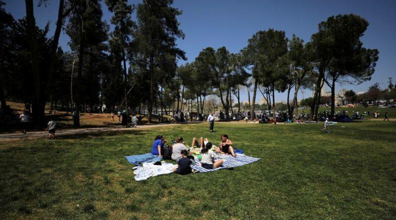 Israel anuncia fim da obrigatoriedade de máscara ao ar livre após vacinar 61% da população