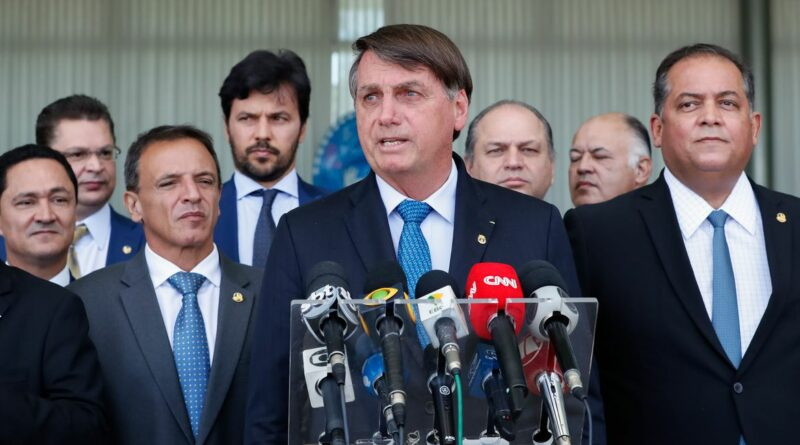 Bolsonaro acusa STF de cometer crime e de produzir notícia falsa: Mandatário tem dito que não vai mais 'levar desaforo pra casa'.