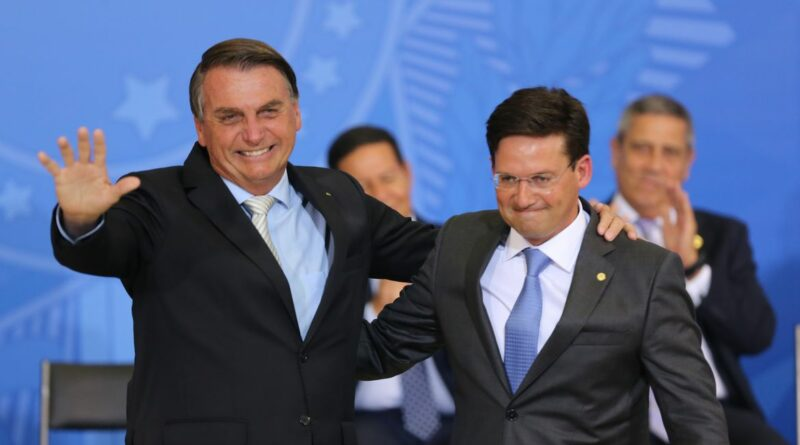 """Bolsonaro confirma Auxílio Brasil de R$ 400 e diz que """"ninguém vai furar o teto"""""""